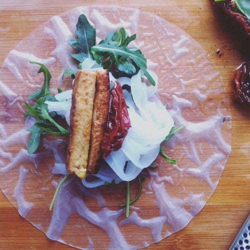 Spring rolls #springrolls #ricepaper #tofu #driedtomatos #rice #snacks #natchniona