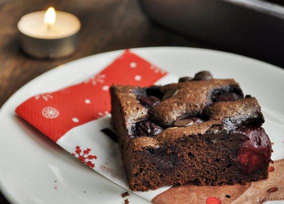 Brownie z wiśniami i czekoladą